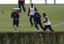 <p>O jogador David Beckham em treino com seus colegas do Milan no centro de treinamento Milanello em Carnago, norte da Itália, 28 de dezembro de 2009. REUTERS/Giampiero Sposito</p>