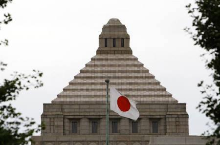 12月30日、S&Pは日本が政策措置を通じて巨額の債務を段階的に軽減することができなければ、格付けを引き下げる可能性があるとの考えを示した。写真は国会議事堂。8月撮影(2009年 ロイター/Toru Hanai)