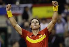 <p>O tenista espanhol Rafael Nadal comemora após ganhar a partida contra Tomas Berdych da República Tcheca, durante a final da Copa Davis em Barcelona, 4 de dezembro de 2009. REUTERS/Albert Gea</p>