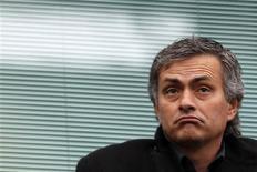 <p>O técnico José Mourinho se senta antes de jogo em Londres. Os técnicos do Campeonato Italiano estão mais preocupados em manter seus empregos do que em desenvolver novas táticas, afirmou nesta quinta-feira o português José Mourinho, treinador da Inter de Milão.28/12/2009.REUTERS/Stefan Wermuth</p>