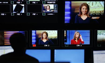 ''Fox Business Morning'' correspondents Jenna Lee (top) and Nicole Petallides can be seen on the screens in the control room during the debut of the Fox Business Network in New York October 15, 2007. REUTERS/Lucas Jackson