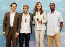 """<p>Da sinistra, gli attori americani interpreti del film """"The Hurt Locker"""" Jeremy Renner, Brian Geraghty e Antony Mackie posano per i fotografi con la regista Kathryn Bigelow. REUTERS/Max Rossi</p>"""