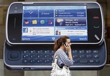 <p>Nokia , el mayor fabricante de celulares del mundo, venderá más de 500 millones de teléfonos móviles este año, cifra superior a las expectativas del mercado, dijo un ejecutivo de la compañía en una entrevista en el periódico indio Economic Times. Según un sondeo de Reuters de noviembre, los analistas, en promedio, pronosticaron que Nokia vendería 458 millones de teléfonos en el 2010 y 424 millones en el 2009. REUTERS/Luke MacGregor/Archivo</p>