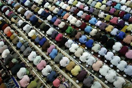 Malaysian Muslims pray at a hall in Kuala Terengganu, about 500 km (311 miles) northeast of Kuala Lumpur January 15, 2009. REUTERS/Zainal Abd Halim