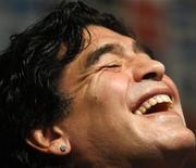 <p>Fanáticos de Napoli están planeando juntar dinero para hacer una oferta de compra por un par de aros de Diego Maradona (foto), confiscados por las autoridades italianas en septiembre como parte de pago por la deuda del ex futbolista argentino con el fisco. La pieza de joyería, confiscada a Maradona cuando éste se encontraba en Italia en una clínica para perder peso, saldrá a remate la próxima semana con un valor inicial de alrededor de 4.000 euros (5.780 dólares). REUTERS/Enrique Marcarian/Archivo</p>