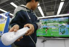<p>Una ragazzo gioca con la Wii di Nintendo REUTERS/Toru Hanai</p>