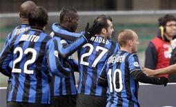 <p>Alcuni giocatori dell'Inter nella partita di oggi contro il Chievo, vinta dai nerazzurri. REUTERS/Stefano Rellandini</p>