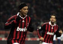 <p>Ronaldinho Gaúcho perdeu um pênalti, mas se redimiu ao converter outro e liderar uma atuação de gala do Milan na goleada de 5 x 2 em casa sobre o Genoa, nesta quarta-feira, no jogo que marcou a reestreia de David Beckham pelo clube italiano. REUTERS/Alessandro Garofalo</p>