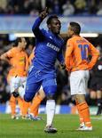 <p>Michael Essien do Chelsea (centro) comemora o gol contra o APOEL Nicosa durante jogo da Liga dos Campeões em Stamford Bridge, Londres, no dia 8 de dezembro de 2009. O meio-campista é dúvida para a estreia da seleção de Gana na Copa Africana de Nações, na segunda-feira, em Angola. REUTERS/Toby Melville</p>