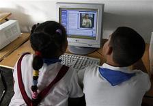 """<p>Escolares esperan una lección en la escuela Mártires de Tarara en La Habana, Cuba, 24 nov 2009. Cuba aumentó en un 10 por ciento su conectividad en diciembre para acceder a internet, pero afirmó que un cable de fibra óptica entre Venezuela y la isla no significará una extensión de su uso en el país, dijo el jueves una fuente oficial. Ramón Linares, viceministro de Informática y Comunicaciones, dijo al diario Juventud Rebelde que la isla seguirá incrementando los servicios de telecomunicaciones, pero mantendrá """"la estrategia de privilegiar los accesos colectivos"""" para llegar a una mayor cantidad de pesonas. REUTERS/Desmond Boylan/Archivo</p>"""
