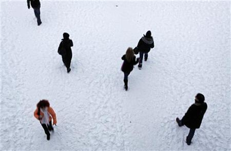 People walk in the snow at Central Park in New York, December 20, 2009. REUTERS/Finbarr O'Reilly