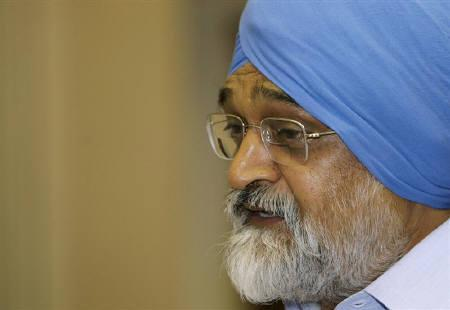 A file photo of Planning Commission Deputy Chairman Montek Singh Ahluwalia during a national conference in New Delhi August 18, 2009. The economy is likely to return to an annual growth rate of 9 percent by the fiscal year ending in March 2012, Ahluwalia said on Saturday. REUTERS/B Mathur/Files