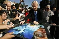 """<p>El director James Cameron firma autógrafos tras aceptar una estrella en el Paseo de la Fama en Hollywood, 18 dic 2009. """"Avatar"""" lideró la taquilla de cine de Norteamérica por cuarta semana consecutiva, apenas días después de escalar hasta el segundo lugar como la segunda película con mayor recaudación de toda la historia. REUTERS/Mario Anzuoni</p>"""