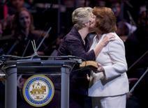 <p>Annise Parker e compagna. Annise Parker è il sindaco di Houston, prima grande città americana a eleggere un candidato dichiaratamente gay. REUTERS/Richard Carson</p>