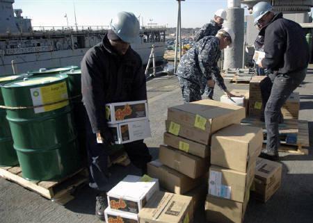 1月13日、マグニチュード7.0の強い地震が発生したハイチの被災者向けに、米国やカナダなどの企業から総額数百万ドル規模の援助の申し出が出された。写真は人道支援物資を運び込む米軍当局者ら。米海軍提供(2010年 ロイター)