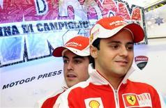 <p>Os pilotos da Ferrari Fernando Alonso e Felipe Massa chegam para encontro anual em Madonna di Campiglio. A Ferrari vai apresentar seu carro de Fórmula 1 para 2010 em 28 de janeiro, mas levará algum tempo para avaliar a competitividade dele, afirmou o chefe da equipe, Stefano Domenicali, nesta quarta-feira.11/01/2010.REUTERS/Alessandro Bianchi</p>