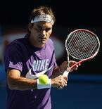 <p>O tenista suíço Roger Federer em um treino no Parque de Melbourne, 14 de janeiro de 2010, antes do Aberto da Austrália que começa na segunda-feira. Ele e Serena Williams foram nomeados os cabeças-de-chave para o torneio. REUTERS/Tim Wimborne</p>