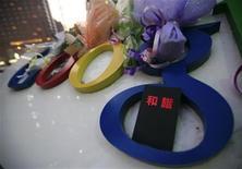 """<p>Un computador portátil con la palabra """"armonía"""" colocada sobre el logo de Google fuera de la sede de la empresa en Pekín, 14 ene 2010. China pidió el jueves a las compañías que apoyen el control estatal de internet, sin exhibir señales de que dará marcha atrás con la censura en la web luego de que el gigante estadounidense Google amenazó con abandonar el país. El caso podría exacerbar las tensiones entre China y Estados Unidos, ya enfrentados por el valor del yuan, disputas comerciales y negociaciones relativas al cambio climático. REUTERS/Jason Lee</p>"""