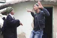 <p>L'atleta sudafricana Caster Semenya, campionessa mondiale a Berlino al suo ritorno in patria mentre danza con la madre. REUTERS/Stringer/STR New</p>