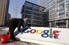 <p>Una mujer limpia el logo de la compañía Google en su sede de Pekín, ene 14 2010. La Casa Blanca respalda la decisión de Google de no apoyar más la censura de China en las búsquedas hechas en su plataforma, dijo el jueves el portavoz de la Casa Blanca. REUTERS/Jason Lee</p>