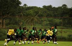 <p>Seleção de Gana treina para jogo da Copa Africana de Nações em Cabinda, no dia 12 de janeiro. A Confederação Africana de Futebol não aceitou que Gana jogasse seu último jogo do Grupo B na cidade ao invés de Luanda. REUTERS/Rafael Marchante</p>