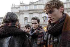 <p>Modelo posam em frente ao Teatro Alla Scala para o desfile da marca Missoni, em Milão. REUTERS/Alessandro Garofalo</p>
