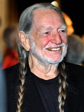 Singer Willie Nelson poses for photographers in Washington, October 26, 2009. REUTERS/Mike Theiler