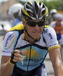 <p>O ciclista Lance Armstrong brinda com champagne enquanto pedala na última etapa do 96o Tour de France, entre Montereau-Fault-Yonne e Paris, nesta foto de arquivo de 26 de julho de 2009. Armstrong deu uma mostra de sua intenção de conquistar sua oitava Volta da França este ano com um belo desempenho na prova prévia do Tour Down Under neste domingo. REUTERS/Patrick Herzog</p>
