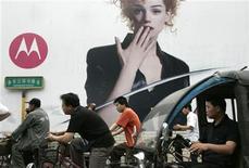 <p>Motorola planea lanzar de cinco a seis smartphones en China este año y tiene un modelo preparado para presentarlo a corto plazo, dijeron responsables del fabricante estadounidense de telefonía móvil el lunes. Motorola está apostando por los teléfonos inteligentes o 'smartphones' después de perder cuota de mercado frente a sus rivales durante más de dos años y ha reorganizado su negocio de móviles al desarrollar aparatos que funcionan con el sistema operativo Android, de Google. REUTERS/Claro Cortes IV/Archivo</p>