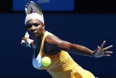 <p>A tenista norte-americana Serena Williams rebate jogada da polonesa Urszula Radwanska durante jogo do Aberto da Austrália no dia 19 de janeiro. Williams, defendendo o título, não teve dificuldades para vencer na Rod Laver Arena, ampliando sua invencibilidade em primeiras rodadas do Grand Slam. REUTERS/David Gray</p>