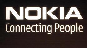 <p>Il logo di Nokia visibile sugli edifici del quartier generale di Helsinki. REUTERS/Bob Strong</p>