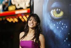 """<p>La actriz Michelle Rodriguez posa en el estreno de """"Avatar"""" en Hollywood, California, 16 dic 2009. """"Avatar"""", el exitoso filme tridimensional del director James Cameron, disfrutó de otro fin de semana de bonanza en boleterías, reteniendo el primer puesto de la taquilla en Gran Bretaña con una recaudación total de cerca de 50 millones de libras esterlinas. La historia sobre un hombre que es enviado para infiltrarse en una raza extraterrestre, ya acercándose a """"Titanic"""", también de Cameron, como la película de mayor recaudación en el mundo, se llevó otras 5,5 millones de libras, dijo el martes Screen International. """"Avatar"""" no logró romper el nivel referencial de 10 millones de libras esterlinas en su debut en Gran Bretaña y cayó desde el primer lugar después de una semana de exhibición. REUTERS/Mario Anzuoni</p>"""
