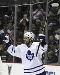 <p>Toronto Maple Leafs center Michael Peca celebrates a goal during the second period of their NHL game against the Columbus Blue Jackets in Columbus, Ohio, October 20, 2006. REUTERS/Matt Sullivan</p>