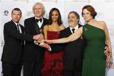 """<p>Il regista di """"Avatar"""" James Cameron (il secondo da sinistra) con il produttore del film Jon Landau (secondo da destra) e gli interpreti (da sinistra) Sam Worthington, Zoe Saldana e Sigourney Weaver, ai Golden Globe Awards a Beverly Hills. REUTERS/Lucy Nicholson</p>"""