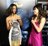 """<p>Las actrices Zoe Saldana (izq) y Michelle Rodriguez en el estreno de """"Avatar"""" en Hollywood, 16 dic 2009. China informó el miércoles que la versión tridimensional de """"Avatar"""" es el filme de mayor éxito en el país, con una recaudación de 80 millones de dólares, tras negar que había prohibido la exhibición de la cinta de ciencia ficción en los cines locales. """"Avatar"""" reemplazó a """"2012"""" como la película más vista en China tras su estreno el 4 de enero, dijo el director de la Administración Estatal de Radio, Cine y Televisión a la agencia de noticias oficial Xinhua. REUTERS/Mario Anzuoni</p>"""