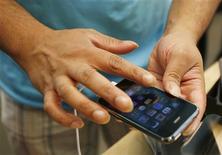 <p>Apple est en discussions avec Microsoft pour remplacer Google par Bing comme moteur de recherche par défaut du navigateur internet de son iPhone, selon un article publié sur le site de l'agence Bloomberg. /Photo d'archives/REUTERS/Lucas Jackson</p>