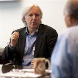 <p>19 gennaio 2010. James Cameron incontra l'amministratore della Nasa Charles Bolden. REUTERS/Bil Ingalls</p>