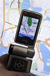 """<p>Nokia va proposer gratuitement des services de navigation sur ses """"smartphones"""" vendus à travers le monde, marchant ainsi sur les pas de Google. /Photo prise le 13 octobre 2009/REUTERS/Lehtikuva/Kimmo Mantyla</p>"""