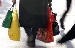 <p>Женщина идет по улице с покупками во время первого дня зимней распродажи в Страсбурге, Франция 7 января 2009 года. Туристы из КНР вырвались на первое место в хит-параде транжир, обойдя по расходам в французских бутиках таких мастеров шопинга как россияне, свидетельствуют данные исследования. REUTERS/Vincent Kessler</p>