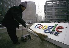 """<p>Un trabajador limpia el logo de Google China fuera de la sede de la empresa en Pekín, 19 ene 2010. La secretaria de Estado estadounidense, Hillary Clinton, hizo un llamado el jueves por una internet mundial sin restricciones y llamó a la condena mundial de quienes realizan ciberataques. Mientras, China buscó contener la tensión con Estados Unidos por los pirateos informáticos y la censura del buscador Google. """"Una nueva cortina de información está bajando en muchas partes del mundo"""", dijo la secretaria, quien señaló que las crecientes restricciones de internet eran un Muro de Berlín moderno. REUTERS/Alfred Jin</p>"""