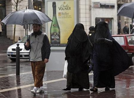 Women wearing niqabs walk walk on a commercial street in Marseille, December 24, 2009. REUTERS/Jean-Paul Pelissier