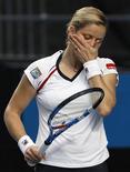 <p>A tenista belga Kim Clijsters reage durante jogo contra a russa Nadia Petrova no Aberto da Austrália. Clijsters foi eliminada em apenas 52 minutos, com um humilhante 6-0, 6-1 na terceira rodada do campeonato. REUTERS/David Gray 22/01/2010</p>