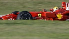 <p>O campeão de motociclismo Valentino Rossi demonstrou um ritmo impressionante guiando um carro de Fórmula 1 ao longo de dois dias de testes com a Ferrari em Barcelona. REUTERS/Albert Gea 21/01/2010</p>