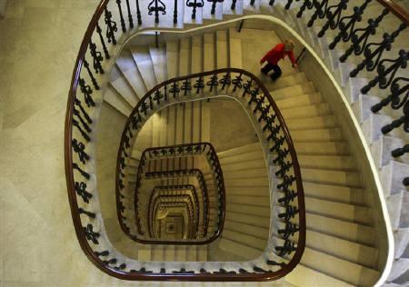 1月22日、英財務省のマイナーズ金融サービス担当次官は、米金融規制案に追随する必要はないとの見方示す。写真は英中銀の階段。2008年1月撮影(2010年 ロイター/Kieran Doherty)