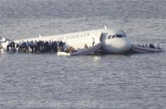 <p>L'Airbus A320 d'US Airways qui s'était posé miraculeusement sur le fleuve Hudson, l'an dernier à New York, est à vendre. Aucune estimation du prix n'est donnée pour cet appareil mis en vente aux enchères sur internet - sans ses moteurs - jusqu'au 27 mars. /Photo prise le 15 janvier 2009/REUTERS/Gary Hershorn</p>