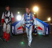 <p>Foto de archivo del paracaidista austríaco Felix Baumgartner antes de su intento de cruzar el canal de La Mancha entre Dover, Inglaterra y Calais, Francia, jul 31 2003. Baumgartner planea bajarse de una cápsula sostenida por un globo a una altura de 36.600 metros y saltar hacia la Tierra, convirtiéndose en el primer hombre en romper la barrera del sonido sin una aeronave. REUTERS/Denis Balibouse/Red Bull HIGH</p>