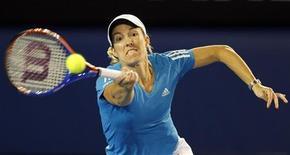 <p>Justine Henin devolve bola contra Yanina Wickmayer durante o Aberto da Austrália. O impressionante retorno de Justine Henin a torneios de Grand Slam continuou neste domingo, quando ela superou uma lesão no tornozelo para vencer por 7-6, 1-6, 6-3 a compatriota belga Yanina Wickmayer e chegar às quartas-de-final do Aberto do Austrália.24/01/2010.REUTERS/Vivek Prakash</p>