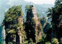 """<p>Vista del Parque Nacional de Zhangjiajie en la provincia de Hunan, en el sur de Chile, 10 mayo 2004. Un escarpado pico situado en una pintoresca zona del sur de China ha sido rebautizado con el nombre de las montañas flotantes que salen en la taquillera cinta de Hollywood """"Avatar"""", y la provincia en donde se sitúa espera lograr ganancias con el éxito masivo de la película. La """"Columna del Cielo del Sur"""" en Zhangjiajie, en la meridional provincia de Hunan, cambió formalmente de nombre a """"Montaña Aleluya Avatar"""" en una ceremonia el lunes, según la página web oficial del Gobierno de Zhangjiajie (www.zjj.gov.cn). REUTERS/China Daily/Archivo</p>"""