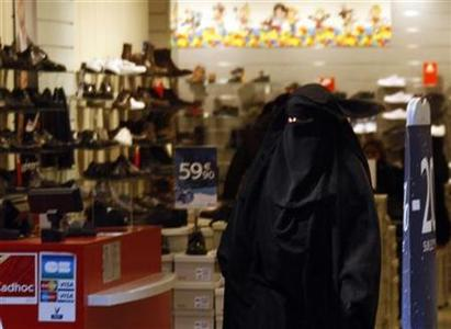 Women wearing niqabs leave a shoe store in Marseille December 24, 2009. REUTERS/Jean-Paul Pelissier