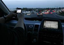 <p>Um motorista usa seu smart phone durante trânsito em Encinitas, Califórnia. O governo dos Estados Unidos proibiu nesta terça-feira que motoristas de ônibus e caminhões enviem mensagens de texto via celular enquanto estão ao volante, para evitar distração. REUTERS/Mike Blake 10/12/2009</p>